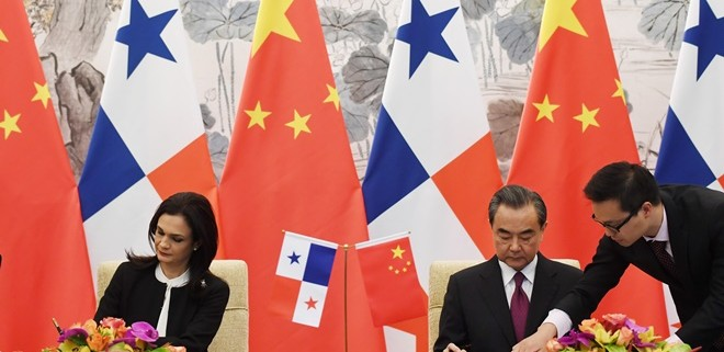 Panama's Vice President and Foreign Minister Isabel de Saint Malo and Chinese Foreign Minister Wang Yi sign a joint communique on establishing diplomatic relations, in Beijing, CHina on June 13, 2017. REUTERS/Greg Baker/Pool